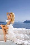 Bardzo pięknej długowłosej blondynki trwanie kobieta w seksownej krótkiej sukni Fotografia Royalty Free