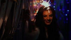 Bardzo piękny dziewczyna taniec z sparklers zdjęcie wideo