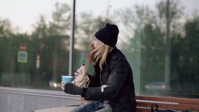 Bardzo pijący bezdomny mężczyzna opowiada zaludniać chodzący pobliskiego i błagać dla pieniądze on podczas gdy siedzący na ławce  zbiory