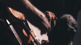 Bardzo potężny i ekspresyjny występ zespół rockowy na scenie Widok za od muzyków zbiory