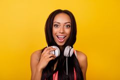 Bardzo rozochocona emocjonalna marzycielska elegancka afro dama z brązową nartą Fotografia Stock