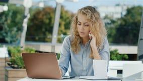 Bardzo ruchliwie biznesowa kobieta Ja pracuje z laptopem: telefon, ogląda nagranie w notatniku zdjęcie wideo