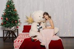 Bardzo seksowna i piękna kobieta w różowej sukni z dużym niedźwiedziem w nowego roku wystroju, kraść w nowego roku stylu obraz stock