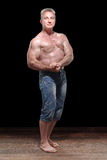 Bardzo silny mężczyzna w studiu Zdjęcie Stock