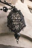 Bardzo stara średniowieczna młotkująca lampa w starym mieście otręby, Transyl obrazy stock