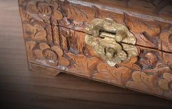 Bardzo stara drewniana klatka piersiowa z prostym kędziorkiem Zdjęcie Stock