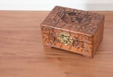 Bardzo stara drewniana klatka piersiowa z prostym kędziorkiem Zdjęcia Stock