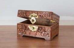Bardzo stara drewniana klatka piersiowa z prostym kędziorkiem Obraz Stock