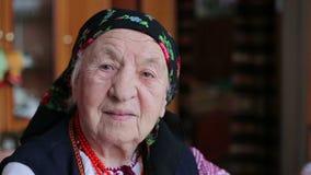 Bardzo stara kobieta samotnie w szaliku zbiory wideo