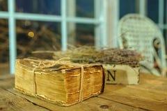 Bardzo stara książka na stole z lawendową dekoracją Obrazy Royalty Free