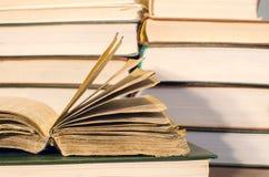 Bardzo stara książka odpoczywa na książce Zdjęcie Royalty Free