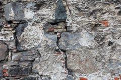Bardzo stara uszkadzająca ściana z pęknięciami obrazy stock