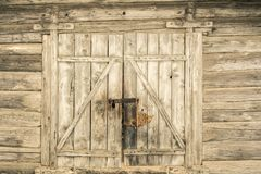 Bardzo stare stajni bramy w Ryskim, Latvia obraz stock