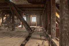 Bardzo stary dom obszernie odnawi fotografia stock