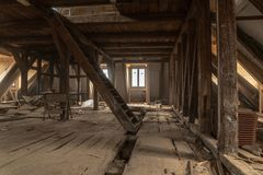 Bardzo stary dom obszernie odnawi obrazy stock
