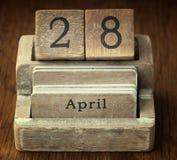 Bardzo stary drewniany rocznika kalendarz pokazuje daktylowego 28th Kwiecień Obrazy Royalty Free