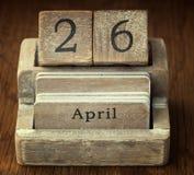 Bardzo stary drewniany rocznika kalendarz pokazuje daktylowego 26th Kwiecień Zdjęcia Stock