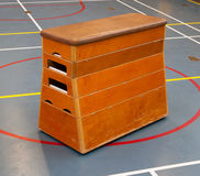 Bardzo stary drewniany wyposażenie w szkolnym gym Obrazy Stock
