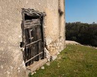 Bardzo stary wietrzejący drzwi robić drewno zdjęcia royalty free