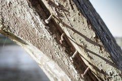 Bardzo starzy gwoździe układali z rzędu na starym statku w Francja obraz royalty free