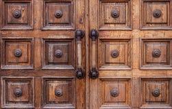 Bardzo starzy podławi drewniani drzwi z wielkimi rękojeściami w muzeum zdjęcie stock