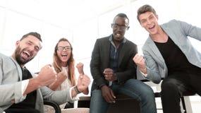 Bardzo szczęśliwa biznes drużyna w miejsce pracy obrazy royalty free