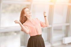 Bardzo szczęśliwa biznesowa kobieta na tle biuro obraz royalty free