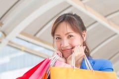 Bardzo szczęśliwa młoda kobieta z torba na zakupy, przy centre lub centrum handlowym Fotografia Royalty Free