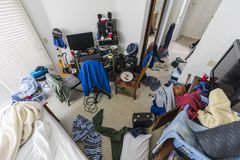 Bardzo Upaćkana nastoletni chłopak sypialnia zdjęcie stock