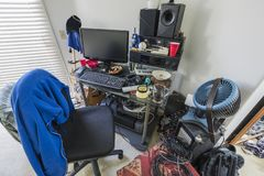 Bardzo Upaćkany biurko w nastoletni chłopak sypialni obraz stock