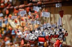 Bardzo wielki wybór drewniane zabawki przy boże narodzenie sklepem w centrum obraz stock