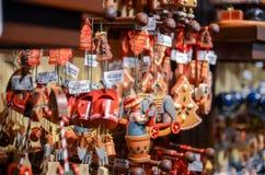 Bardzo wielki wybór drewniane zabawki przy boże narodzenie sklepem w centrum zdjęcie royalty free