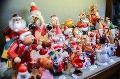 Bardzo wielki wybór drewniane zabawki przy boże narodzenie sklepem w centrum zdjęcia royalty free