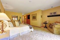 Bardzo wygodny mistrzowskiej sypialni wnętrze Obrazy Royalty Free