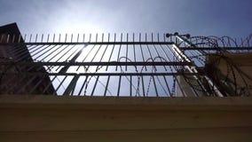 Bardzo wysoki więzienia ogrodzenie z stalowymi pręt i ostrym drutem kolczastym, zbiory