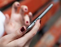 Bardzo zbliżenie kobiet ręki z pastylka komputerem osobistym Fotografia Royalty Free
