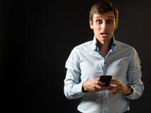 Bardzo zdziwiony facet z telefonem Zdjęcie Stock