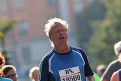 Bardzo zmęczony bieg mężczyzna Zdjęcia Royalty Free