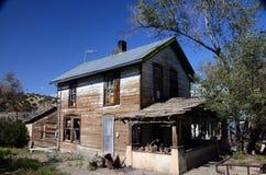 Bardzo zmęczony dom w południowych zachodach Obraz Royalty Free