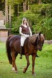 bareback ее женщина riding лошади Стоковые Фото