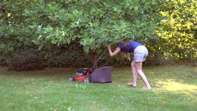 Barefeet工作在庭院与割草机的切口草的女孩妇女 4K 影视素材