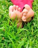 Barefeet женщины на траве Стоковая Фотография