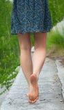 barefoot идет детеныш женщины Стоковая Фотография RF