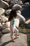 Barefoot на берег реки Стоковая Фотография