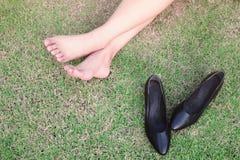 Barefoot на зеленой траве Стоковые Изображения RF