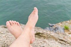 Barefoot на утесе Стоковое Изображение RF