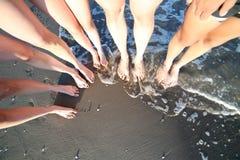 barefoot счастливых людей семьи из пяти человек с 3 детьми Стоковые Фотографии RF