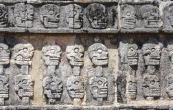 Bareliefu cyzelowanie z ludzkimi czaszkami na Tzompantli, Chichen Itz Zdjęcia Stock
