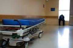 Barella e l'operaio dell'ospedale Fotografie Stock Libere da Diritti