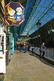 Baren undertecknar in marknaden för den Covent trädgården Royaltyfria Foton